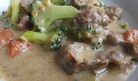 Zadělávané kuřecí žaludky s mrkví a brokolicí