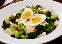 Brokolicový salát se sýrem a vejci