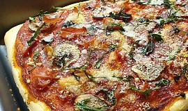Domácí pizza s prosciuttem a rukolou