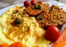 Barevná velikonoční sekaná s mrkví ve tvaru vejce