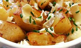 Pečené brambory se smaženou cibulí a sýrem