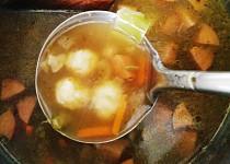 Rychlá zeleninová polévka s párkem a noky