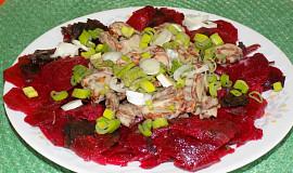 Salát z červené řepy s klobásou