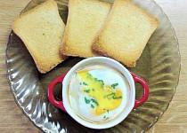 Zapečené vejce se šunkou, sýrem a rajčetem