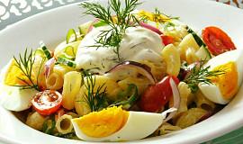 Barevný těstovinový salát s koprovou smetanou