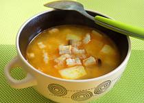 Brynzová polévka s bramborami, haluškami a slaninou