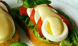 Jednoduché chlebíčky s vejci a majonézovým přelivem