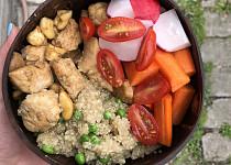 Miska s quinoou a kuřecím masem