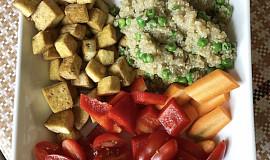 Quinoa s uzeným tofu a zeleninou