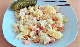Zapečené těstoviny se salámem, sýrem a vajíčkem