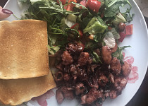 Kalamáry a krevety na bílém víně
