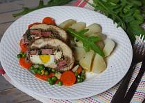 Kuřecí roláda s náplní z hovězího, uzeného a bylinek