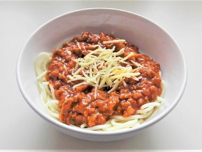 Mleté maso s rajčatovou omáčkou a těstovinami