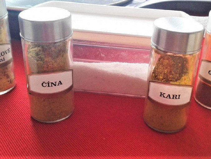 Osmahnuté maso osolíme a okořeníme grilovacím kořením, kořením na čínu, kari kořením a vegetou.