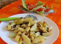 Česnekové opékané brambory