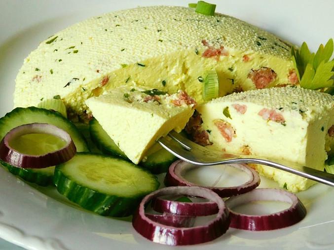 Domácí sýr s bylinkami a kousky salámu