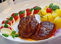 Minutková pivní krkovice s mozzarellou a cherry rajčátky