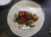 Tortily se sójovým masem à la gyros, zeleninou a dipem