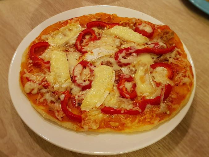 Pizza s kecupovym zakladem. Tunak, paprika, hermelin a nastrouhany syr.