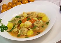 Květákovo-pórková polévka a drožďové knedlíčky s koprem
