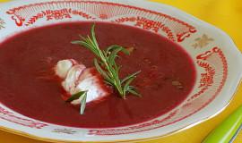 Polévka z červené řepy se ztraceným vejcem a slaninou