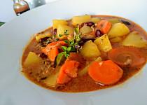 Bramborový guláš s mletým hovězím masem, mrkvemi a fazolemi