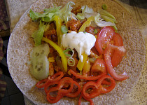 Celozrnné Tortilla Wraps s krůtím  masem a velkou zeleninovou oblohou