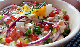 Pestrý salát z bílých fazolí