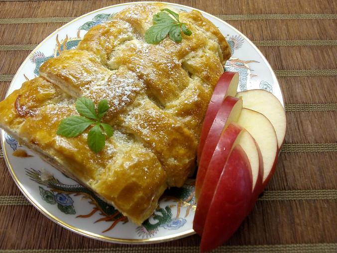 Závin z mraženého listového těsta s jablíčky