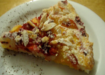Broskvový koláč s mandlemi a malinami