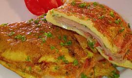 Vaječná omeleta plněná šunkou a sýrem Brie