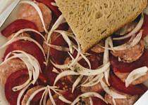 Rychlý špekáčkový salát s rajčaty