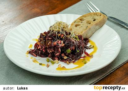 Salát z červené řepy s klíčky a medovo-hořčičnou zálivkou