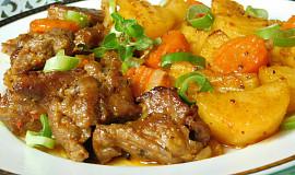 Krkovice pečená s brambory a mrkví v rukávu