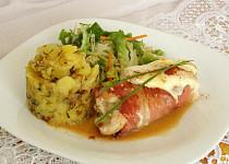 Kuřecí prso obalené Schwarzwaldskou šunkou, s Hermelínem a šťouchané brambory s česnekem