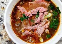 Bún bò Huế (tradiční vietnamská polévka z města Hue)