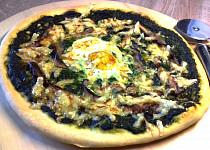 Pizza se špenátem a vejcem