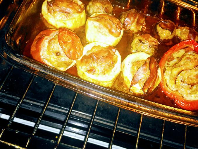 Veselý zeleninový pekáček, Vpravo plněná paprika, vlevo rajče, vzadu plněné žampiony a 4 cuketové soudečky