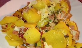 Zapečené brambory s uzeným masem a třemi druhy bylin