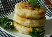Česnekové placky plněné uzeným sýrem
