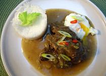 Dušená vepřová líčka s vejcem a rýží