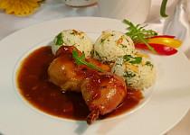 Kuřecí stehna v pikantní omáčce a jasmínka s mandlemi