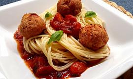 Špagety s rajčatovou omáčkou a šunkovými knedlíčky
