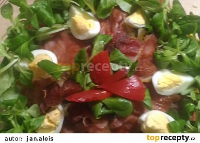 Bramborový salát s polníčkem a šunkovým chipsem
