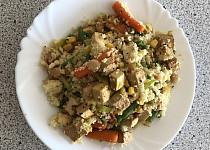 Kuskus s uzeným tofu, cizrnou a zeleninou