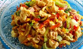 Salát z vařeného květáku se zeleninou
