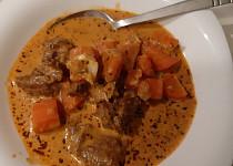 Hovězí guláš se smetanou a mrkví