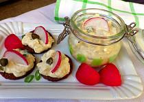 Pikantní hermelínový salát s vejcem a kapary