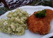 Řízky a brambory, se sýrem a brokolicí