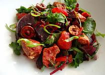 Teplý salát s červenou řepou